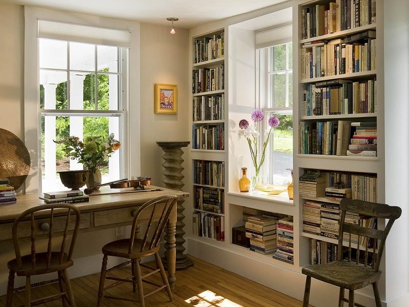 домашняя библиотека вокруг окна